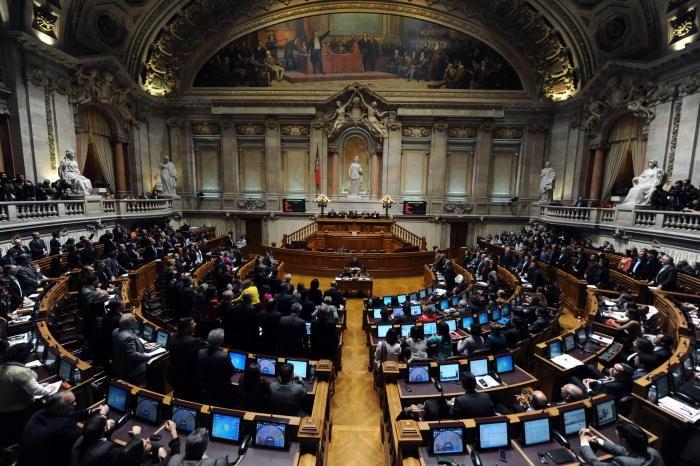 Parlamento aprova co-adopção por casais homossexuais