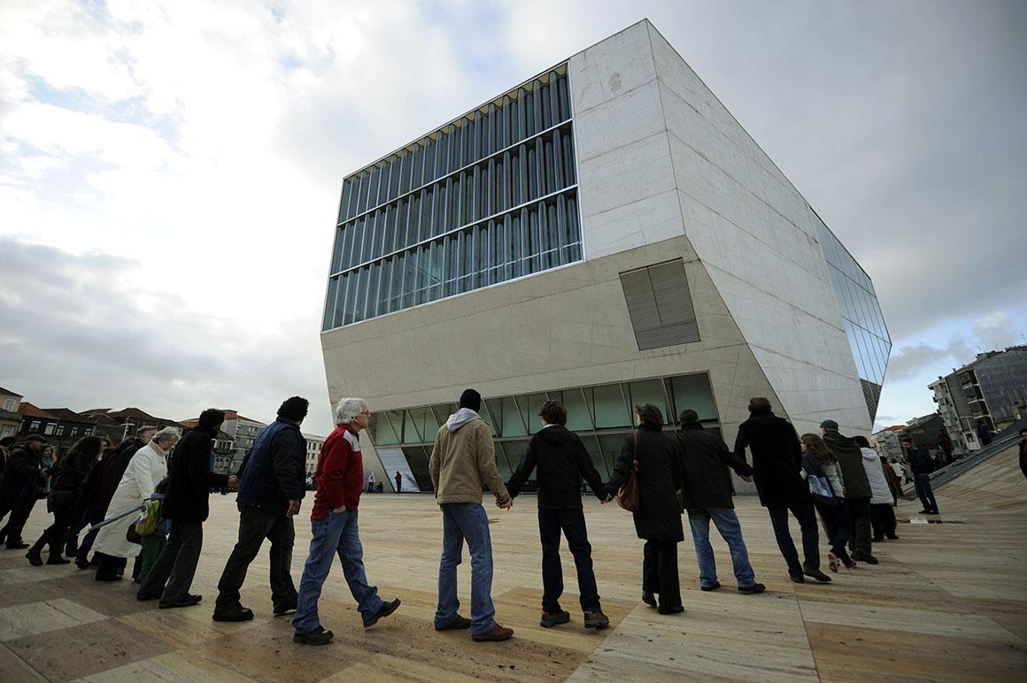 Centenas abraçaram uma Casa da Música com futuro incerto