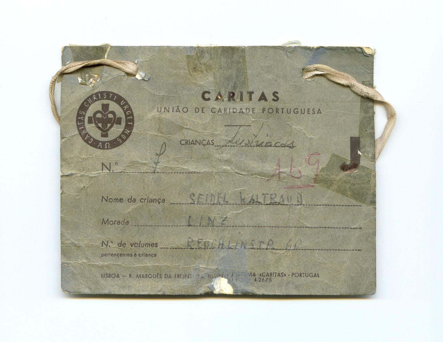 Cada criança trazia ao pescoço um cartão com a sua identificação e o nome da família a que estava destinada