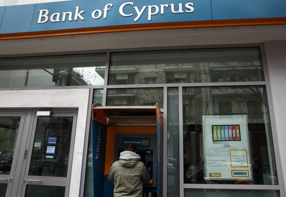 Um cipriota tenta levantar dinheiro no multibanco após o anúncio do resgate ao país