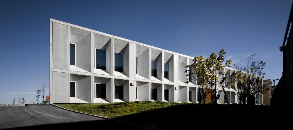 A Escola Secundária na Pontinha foi criada a partir de uma série de pavilhões existentes, transformados numa única unidade.