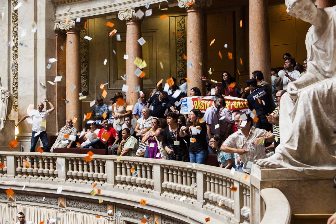 Manifestantes lançaram papéis sobre os deputados