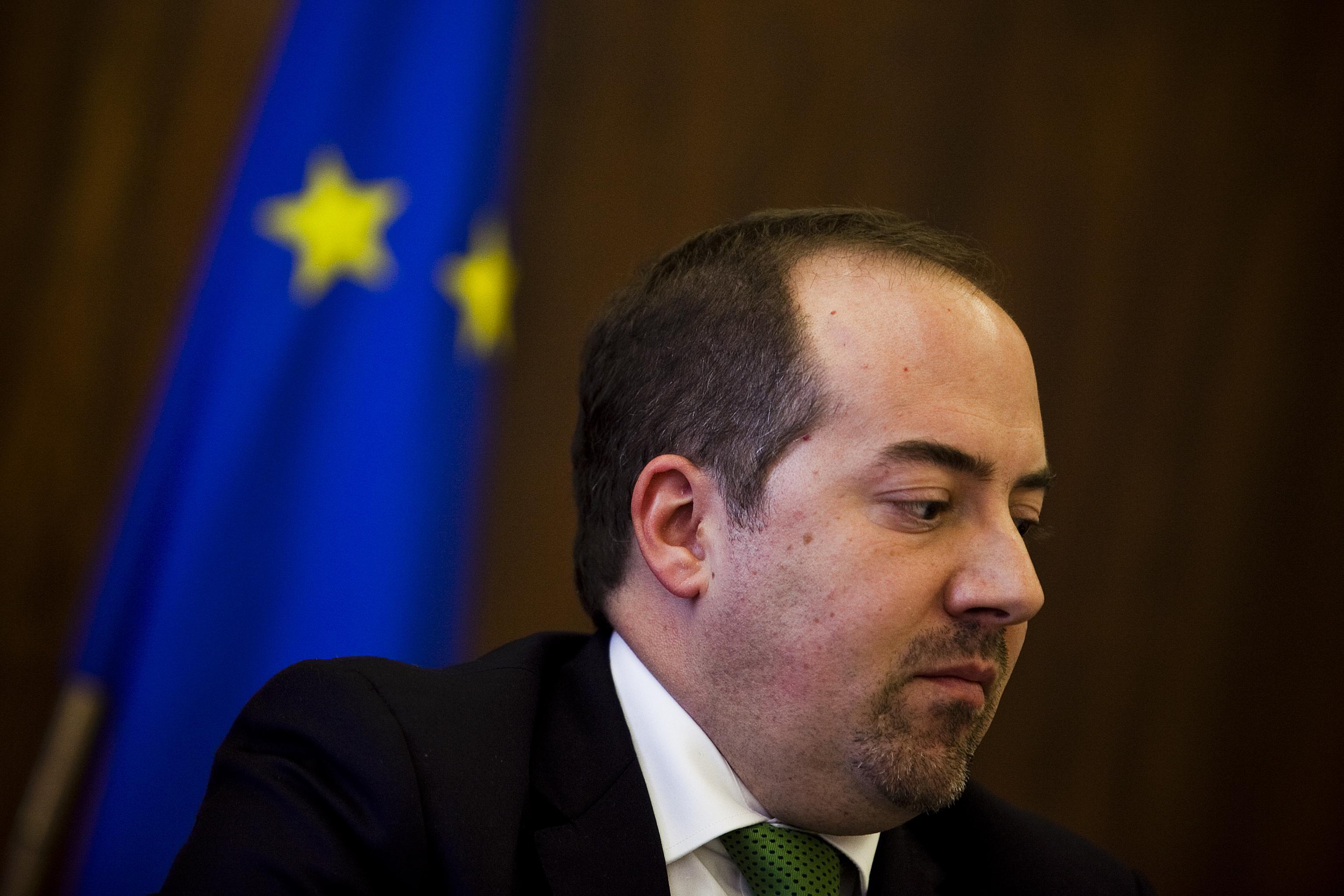 Ministro da economia paga multas de 43 euros ao dia